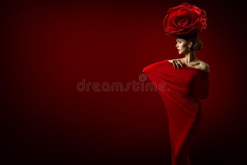 Modelo de moda de la belleza y Rose Flower Hairstyle, mujer en rojo fotografía de archivo