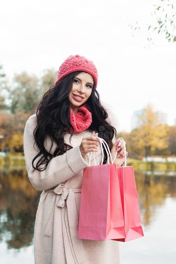 Modelo de moda de la mujer del otoño con el panier colorido al aire libre fotos de archivo libres de regalías