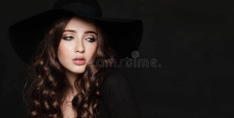 Modelo de moda de la mujer joven con el peinado rizado fotos de archivo libres de regalías