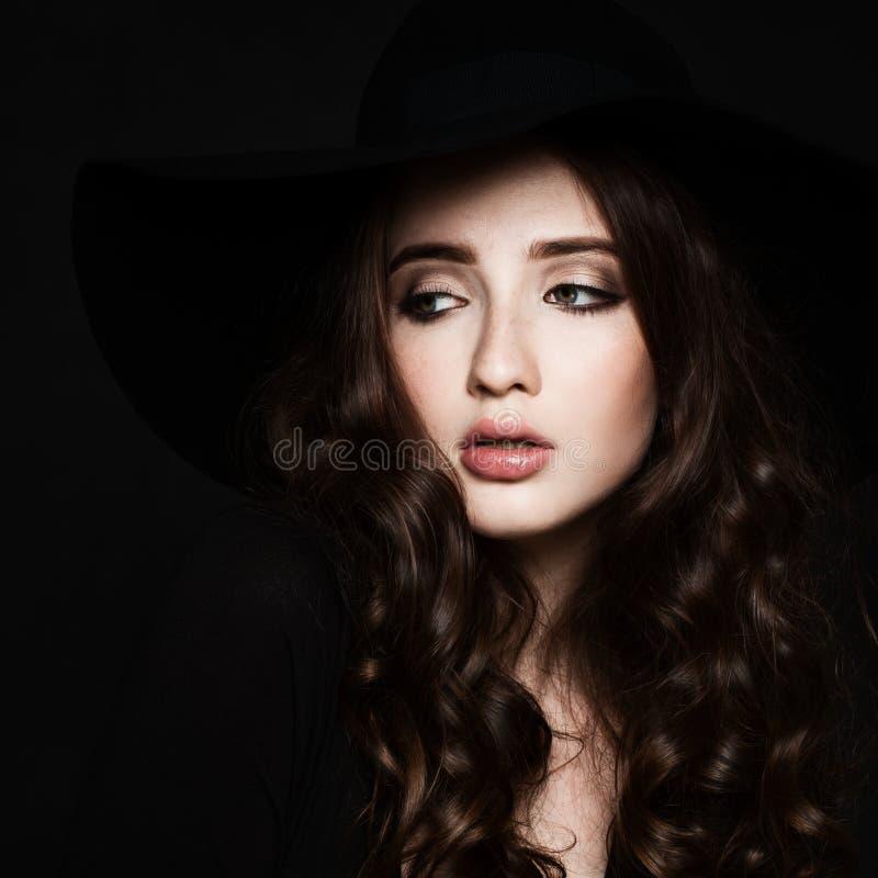 Modelo de moda de la mujer joven con maquillaje y pelo rizado fotografía de archivo libre de regalías