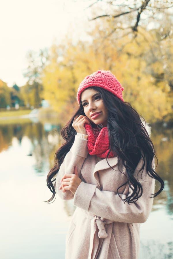 Modelo de moda lindo de la mujer del otoño con sano largo al aire libre imagen de archivo