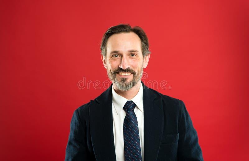 Modelo de moda maduro hermoso del hombre llevar el traje de moda en fondo rojo El traje imbuye el sentido de la confianza de caba fotografía de archivo libre de regalías
