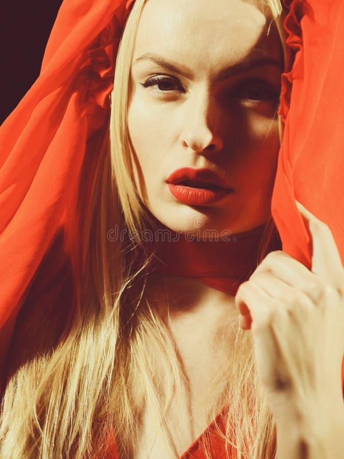 Modelo de moda, mujer con los labios rojos, pelo rubio en vestido fotos de archivo