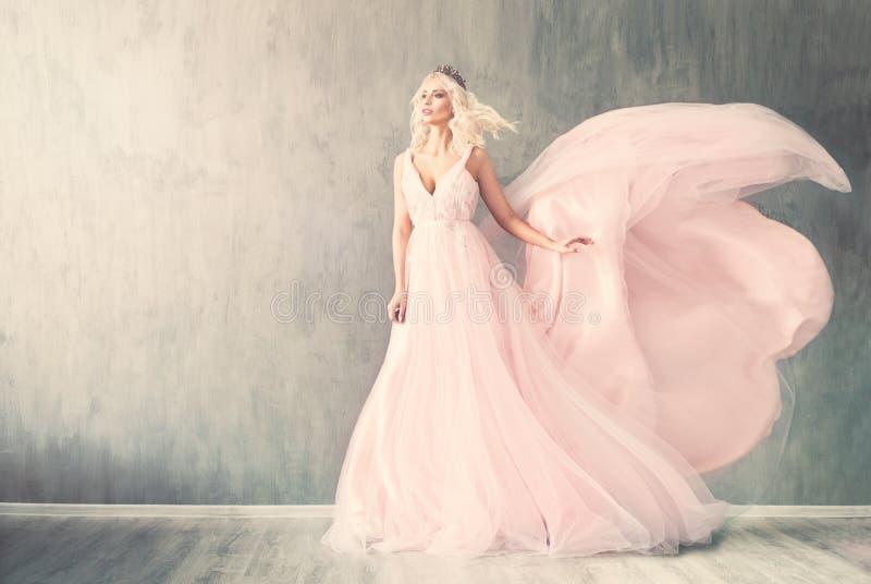 Modelo de moda perfecto de la mujer en vestido de noche rosado fotografía de archivo