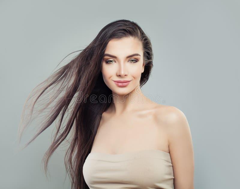 Modelo de moda perfecto de la mujer joven con el pelo sano largo fotos de archivo