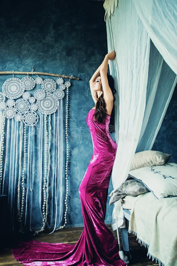 Modelo de moda perfecto de la mujer Wearing Evening Gown fotos de archivo