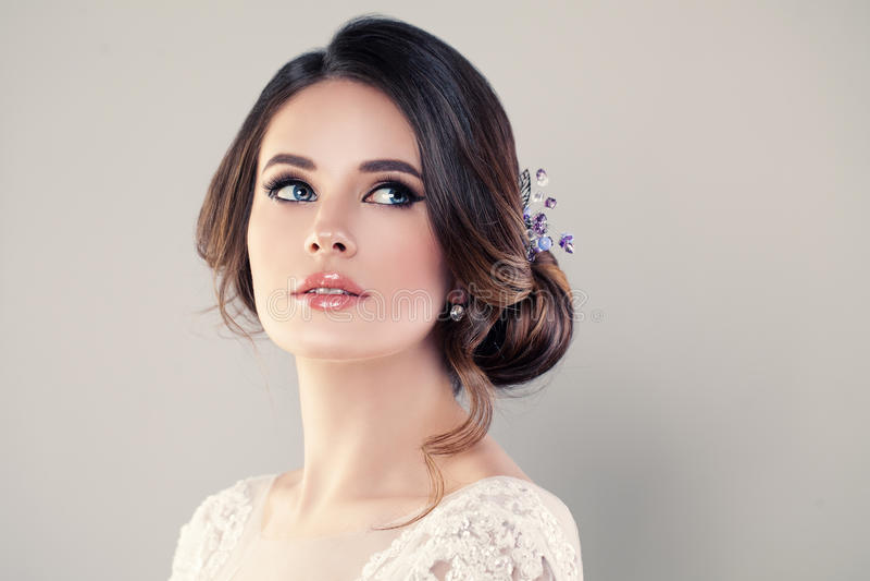 Modelo de moda perfecto Woman con el peinado hermoso foto de archivo libre de regalías