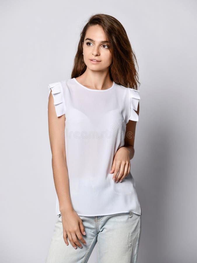 Modelo de moda que lleva los vaqueros rasgados del novio, camisa blanca de la blusa Equipo urbano de la moda Estilo diario casual fotografía de archivo libre de regalías