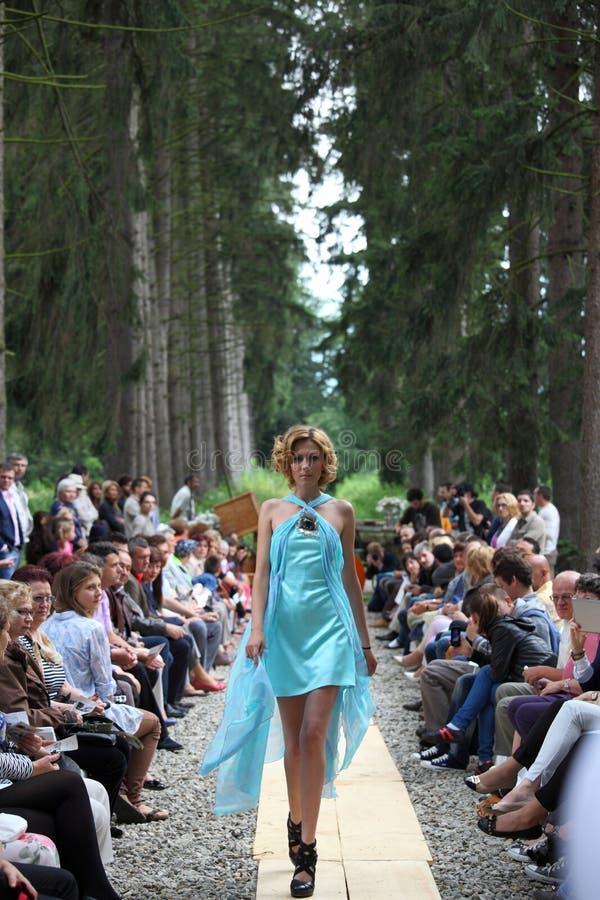 Modelo de moda que lleva un vestido de la turquesa