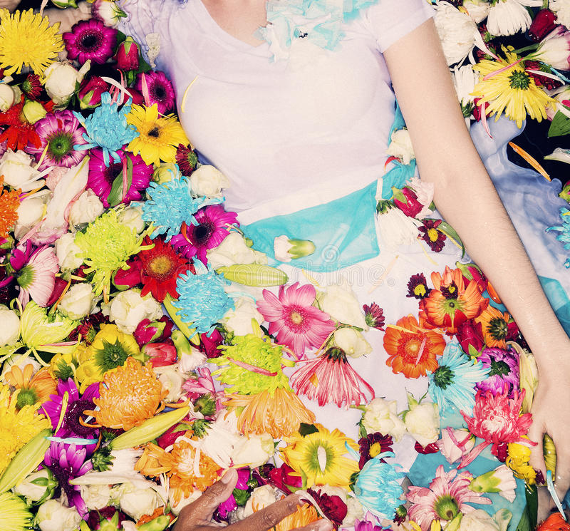 Modelo de moda que presenta con las flores fotografía de archivo