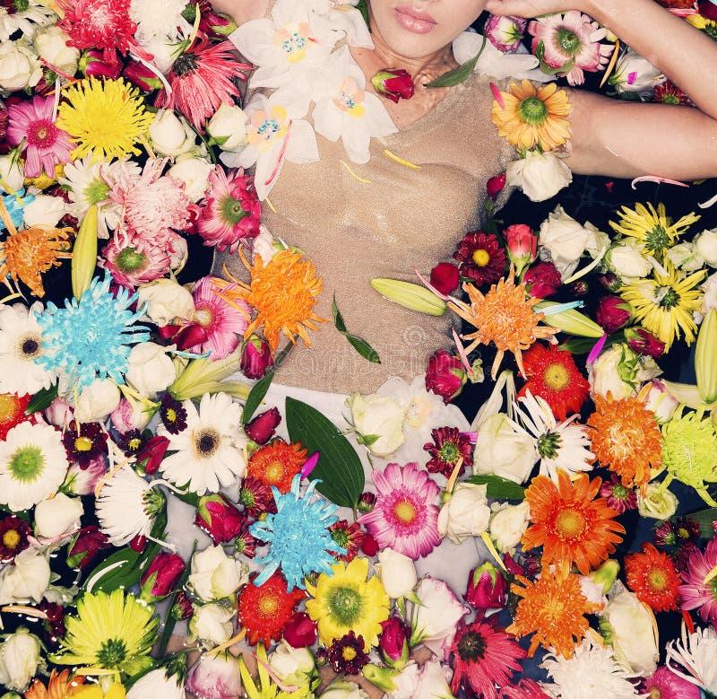 Modelo de moda que presenta con las flores imagenes de archivo
