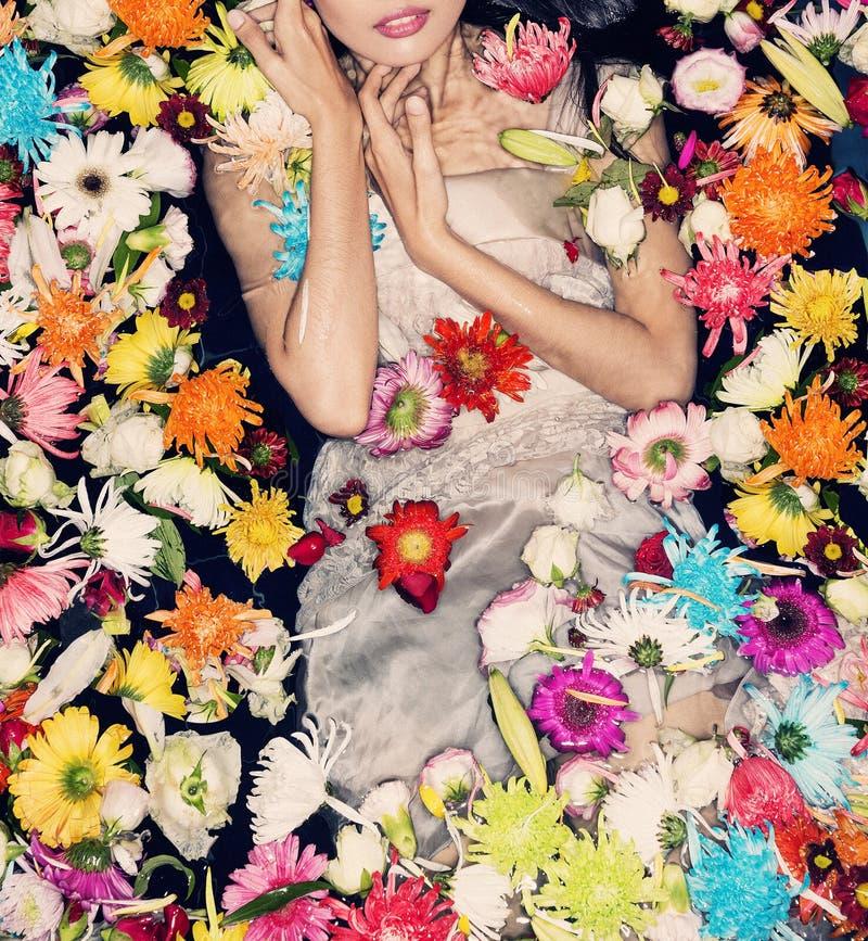 Modelo de moda que presenta con las flores imagen de archivo libre de regalías
