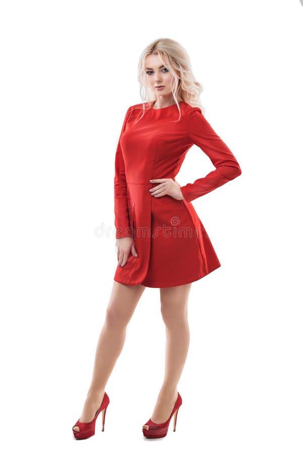 Modelo de moda rubio de la mujer hermosa en el vestido rojo aislado en blanco imágenes de archivo libres de regalías