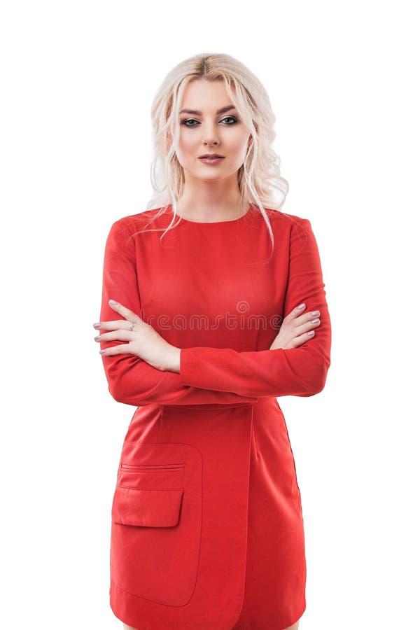Modelo de moda rubio de la mujer hermosa en el vestido rojo aislado en blanco imagenes de archivo