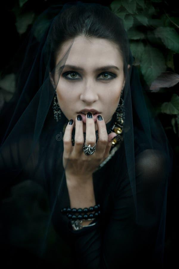 Modelo de moda vestido en estilo gótico vamp fotografía de archivo