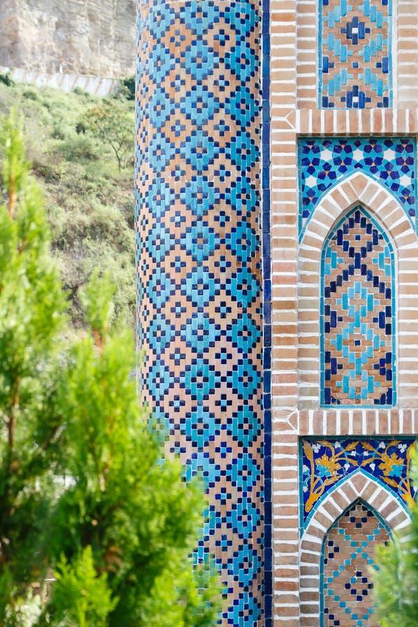 Modelo de mosaico colorido de los viejos baños del azufre en ciudad vieja en Tbilisi Georgia Primero plano verde del árbol fotos de archivo