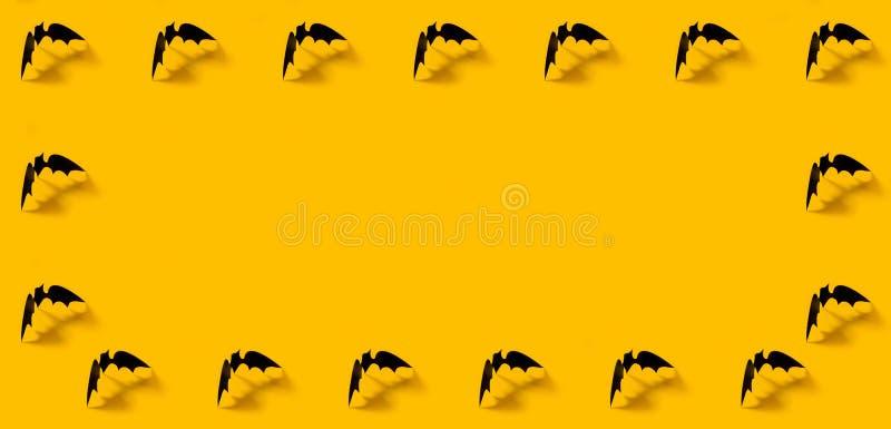 Modelo de papel negro del palo con la sombra que cae en fondo anaranjado Decoraciones de Halloween Concepto de V?spera de Todos l foto de archivo
