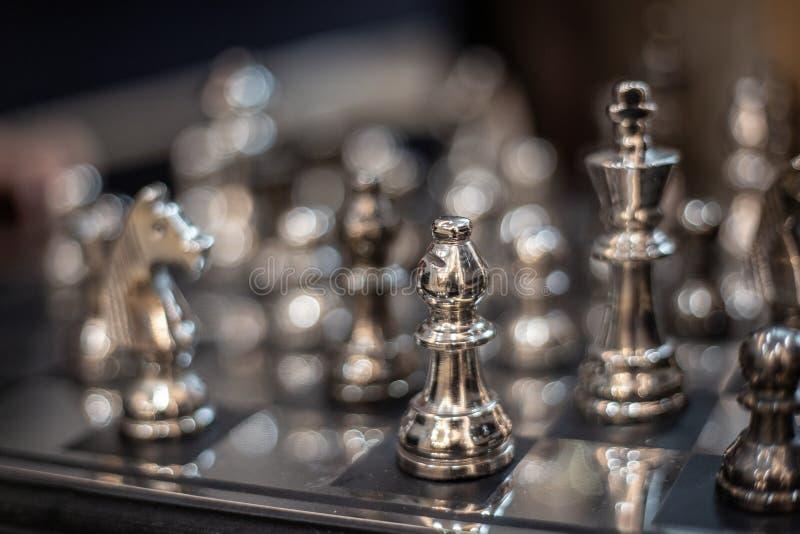 Modelo de prata da xadrez a bordo do jogo estratégico fotografia de stock