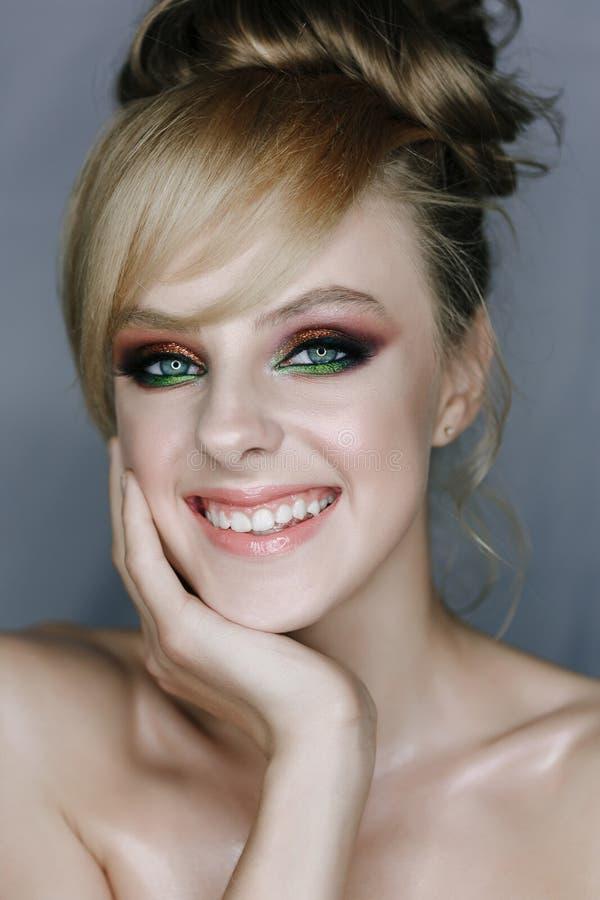 Modelo de risa con la foto del primer del maquillaje de la cara fotografía de archivo libre de regalías