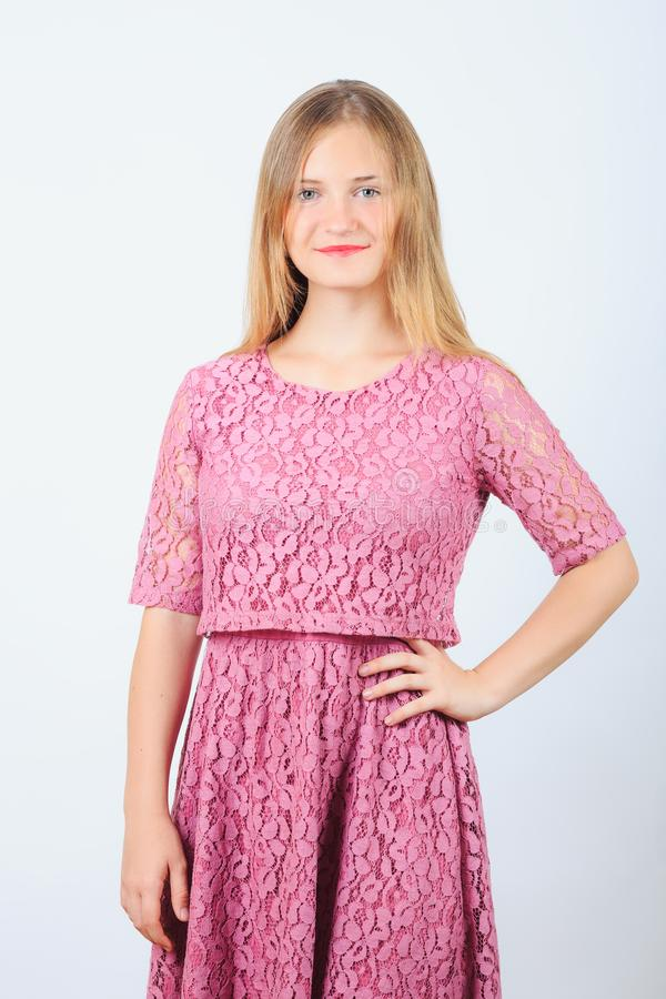 Modelo de sorriso da menina no vestido cor-de-rosa imagem de stock royalty free