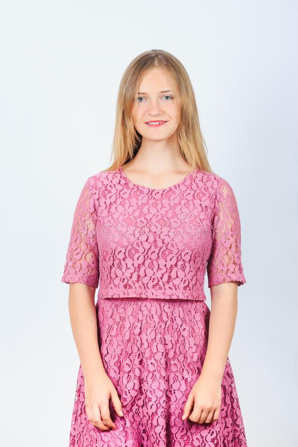 Modelo de sorriso da menina no vestido cor-de-rosa foto de stock