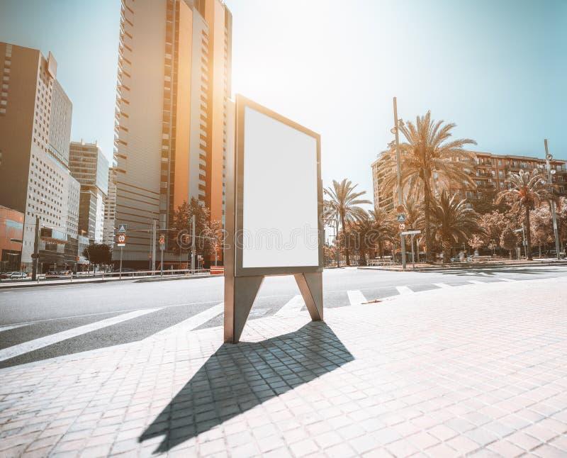 Modelo de um quadro de avisos urbano fora imagem de stock