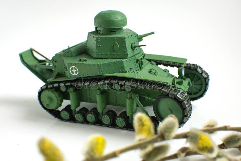 Modelo de um tanque sovi?tico velho feito do papel em um fundo branco Fim acima imagens de stock