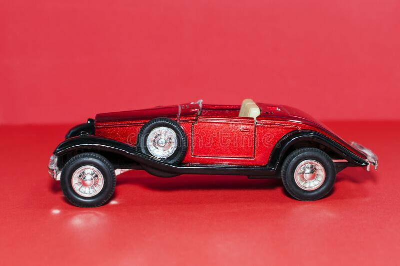 Modelo de un coche raro de juguete rojo imágenes de archivo libres de regalías