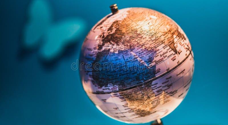 Modelo decorativo y educativo del globo del mundo foto de archivo
