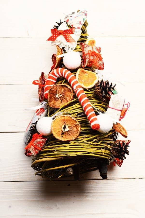 Modelo del árbol de navidad hecho de ramas verdes de la rota fotografía de archivo libre de regalías