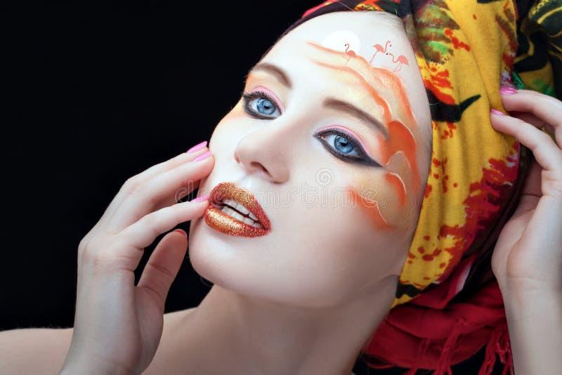 Modelo del arte de la cara en la cara de la muchacha foto de archivo