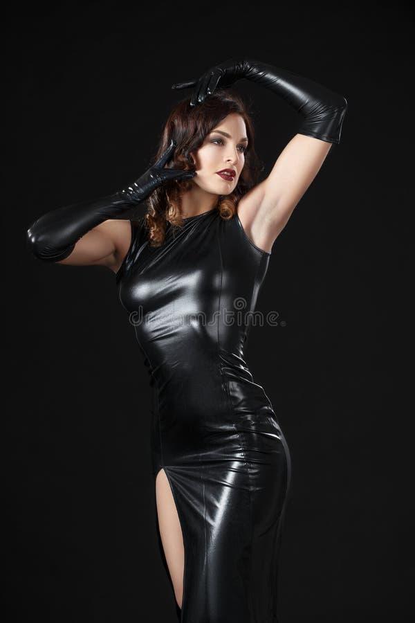 Modelo del baile vestido en ropa del látex imagen de archivo
