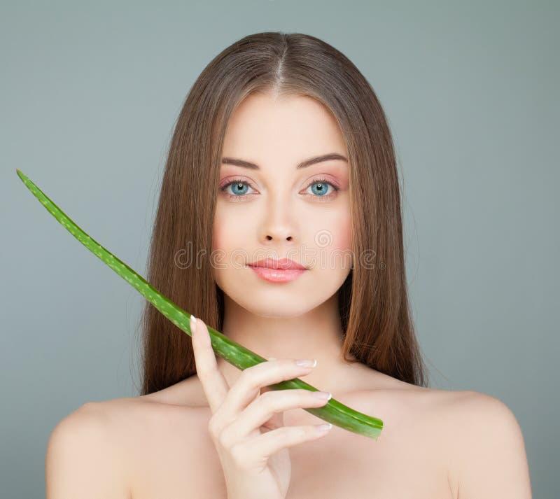 Modelo del balneario de la mujer joven y hoja verde del áloe imagenes de archivo