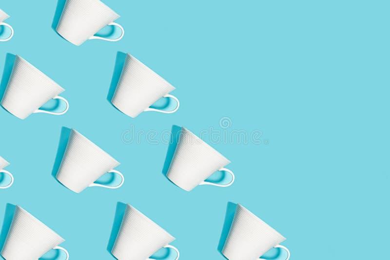 Modelo del café de la taza blanca para el café en fondo azul fotos de archivo libres de regalías