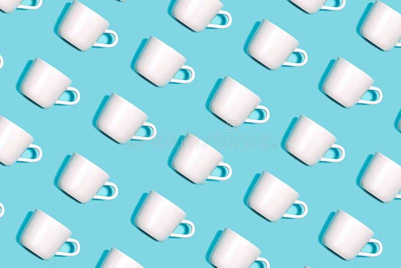Modelo del café de la taza blanca para el café en fondo azul brillante imagen de archivo libre de regalías