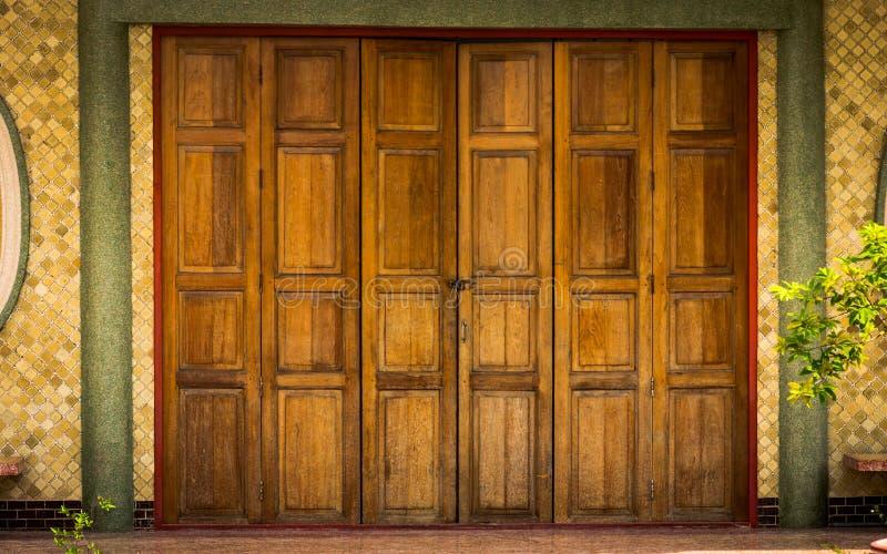 Modelo del chino tradicional en la puerta de madera vieja imagenes de archivo