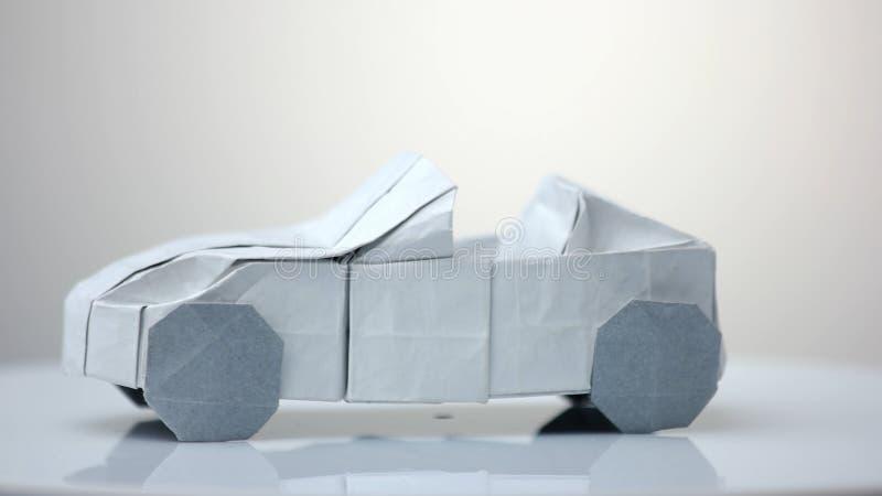 Modelo del coche de la papiroflexia en el fondo blanco foto de archivo