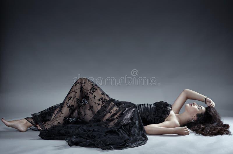 Modelo del encanto en vestido negro del cordón foto de archivo