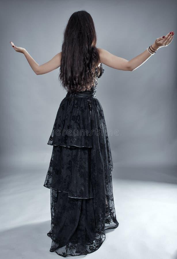 Modelo del encanto en vestido negro del cordón imagen de archivo libre de regalías