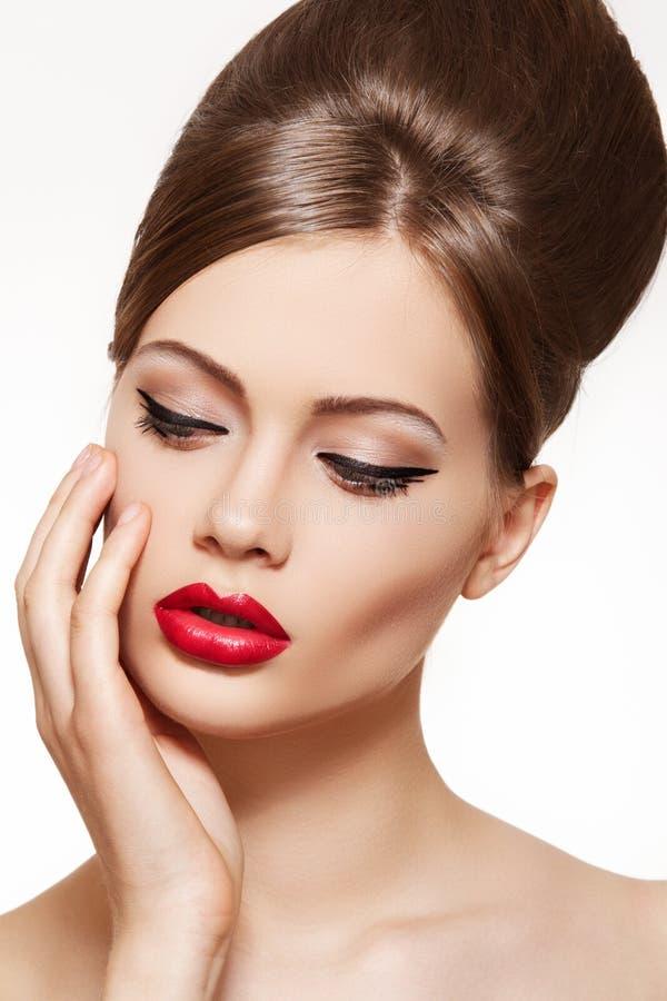 Modelo del estilo de la vendimia. Maquillaje de los labios, peinado brillante imágenes de archivo libres de regalías