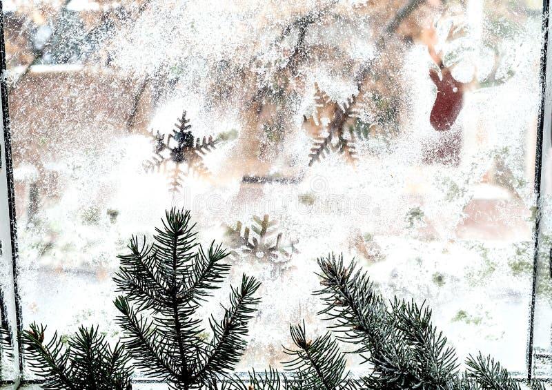 Modelo del invierno de copos de nieve en la ventana primer n fotos de archivo libres de regalías