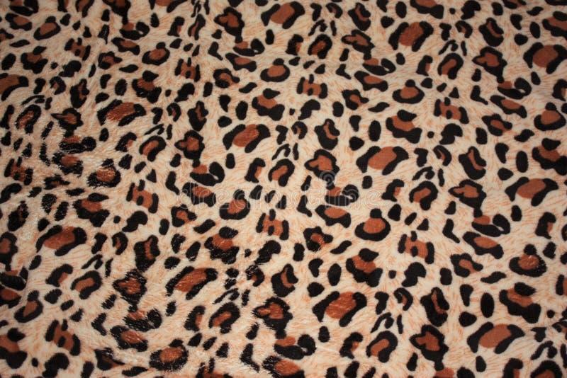 modelo del leopardo en la manta de la tela imagen de archivo