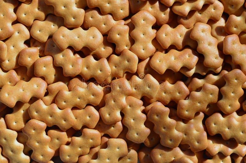 Modelo del muchas galletas saladas amarillas imagenes de archivo