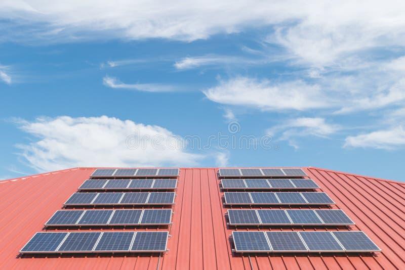 Modelo del panel solar en la teja de tejado roja imágenes de archivo libres de regalías