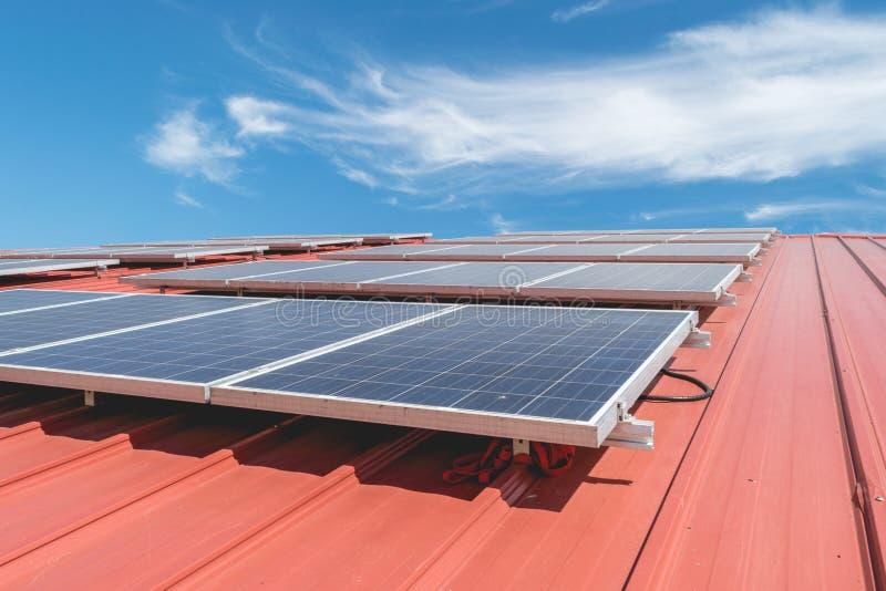 Modelo del panel solar en la teja de tejado roja imagen de archivo libre de regalías