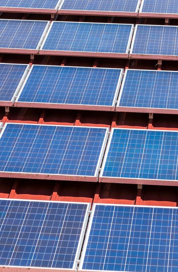 Modelo del panel solar en la teja de tejado roja foto de archivo