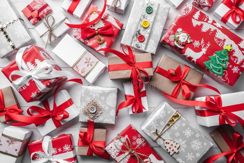 Modelo del regalo en un fondo de madera oscuro del día de fiesta Navidad imagenes de archivo