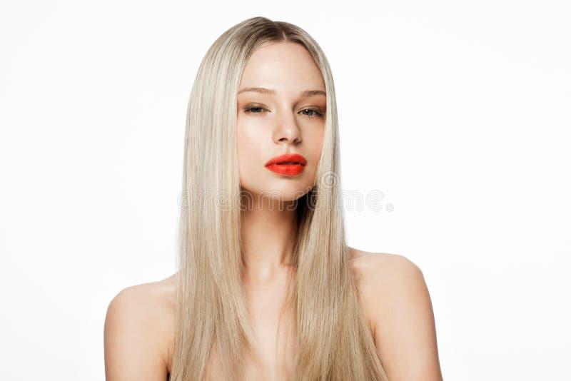 Modelo del retrato de la belleza con el peinado rubio brillante imagenes de archivo