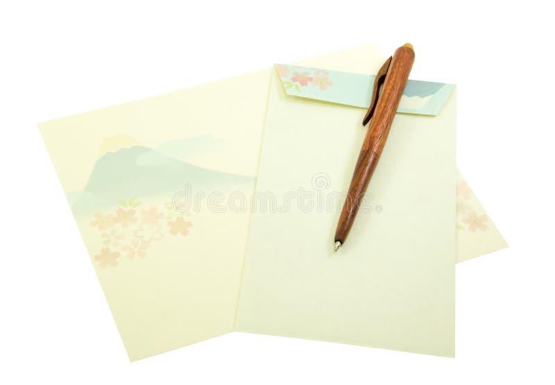Modelo del soporte de Fuji en el papel de letra y sobre con la pluma de madera encendido imágenes de archivo libres de regalías