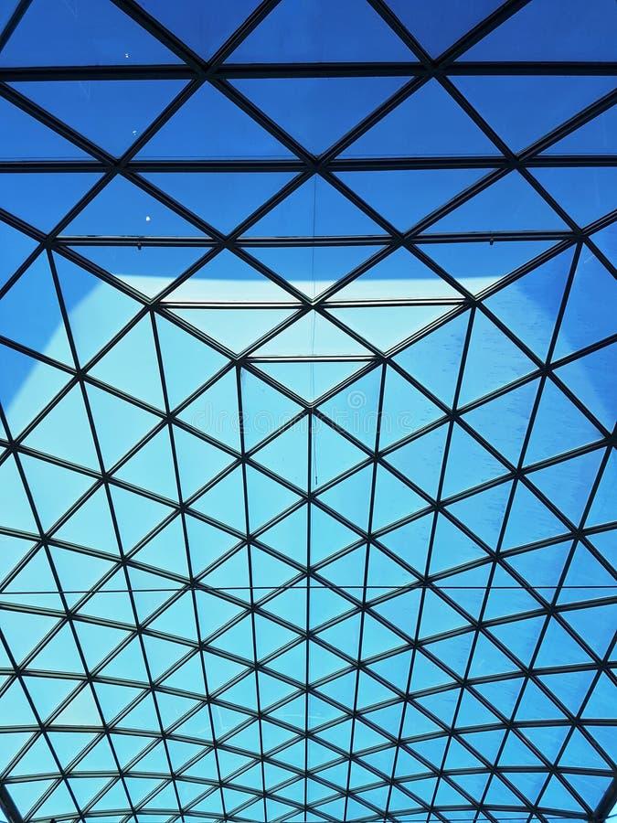 Modelo del triángulo en la estructura de tejado de cristal fotos de archivo
